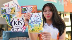 Model memperlihatkan permen Kiss Mint Chewy2 di Jakarta, Senin (7/3/2016). Kiss Mint Chewhy2 mengincar target penjualan untuk kalangan muda (Liputan6.com/Angga Yuniar)