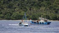Kementerian Kelautan dan Perikanan bersama Satgas 115 kembali melakukan pemusnahan barang bukti tindak pidana perikanan dengan menenggelamkan kapal perikanan pelaku illegal fishing di Natuna. (Dok: KKP)