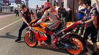 Marc Marquez keluar dari paddock untuk menjalani sesi latihan bebas MotoGP Qatar, Jumat (8/3/2019). (Twitter)