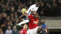 Duel pemain Manchester United, Paul Pogba dan pemain Tottenham, Davinson Sanchez pada lanjutan Premier League di Wembley stadium, (31/1/2018). Spurs menang 2-0. (AP/Kirsty Wigglesworth)