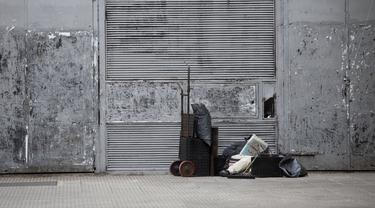 Seorang pria tunawisma membaca koran di sebuah jalan di Buenos Aires, Argentina, Minggu (12/7/2020). Kasus infeksi COVID-19 di seluruh Argentina mencapai 100.166 setelah 2.657 kasus baru dilaporkan dalam 24 jam. (Xinhua/Martin Zabala)