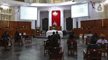Suasana prosesi ibadah misa Jumat Agung pada rangkaian Hari Raya Paskah di Gereja Immanuel, Jakarta, Jumat (2/4/2021). Perayaan Jumat Agung tersebut mengajak umat kristiani mengenang wafatnya Isa Almasih. (Liputan6.com/Herman Zakharia)