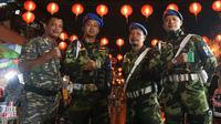 Sejumlah personel Banser ikut menjaga Kelenteng Tien Kok Sie saat malam Tahun Baru Imlek di Solo, Kamis malam (15/2).(Liputan6.com/Fajar Abrori)