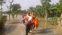 (@BPBDTuban) Petugas BPBD Kabupaten Tuban mengevakuasi warga terdampak banjir akibat luapan Sungai Bengawan Solo