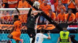 Tomas Vaclik berhasil tampil impresif bersama Timnas Republik Ceska di ajang Euro 2020. Dia hanya kebobolan 4 kali dari 5 pertandingan yang dijalaninya serta memberikan 14 penyelamatan gemilang. (Foto: AFP/Pool/Darko Bandic)