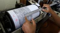 Petugas memantau aktivitas Gunung Anak Krakatau lewat seismograf di sebuah pos pengamatan di Carita, Banten, Kamis (27/12). Petugas terus memantau aktivitas Gunung Anak Krakatau pascatsunami Selat Sunda. (AP Photo/Achmad Ibrahim)