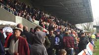 Para penonton yang memadati Broadhurst Park untuk menyaksikan pertandingan FC United of Manchester. (Bola.com/Joko Setyo Pramuji)