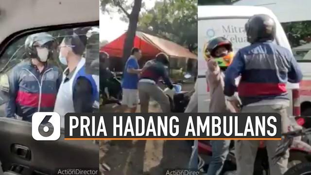Pengendara motor menghadang ambulans yang sedang membawa pasien. Diduga karena motornya tersenggol mobil ambulans.