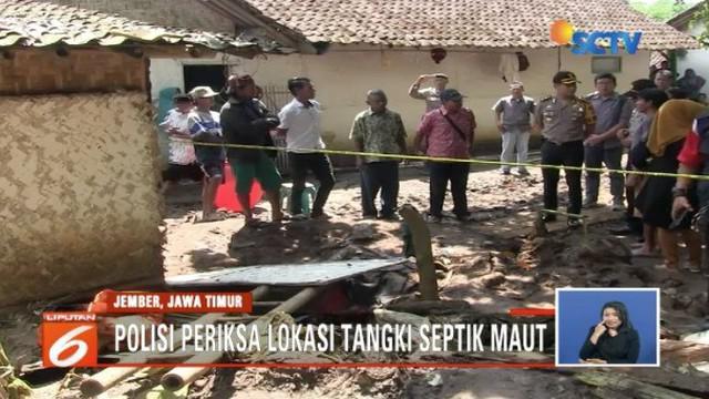 Polisi dan tim medis periksa septic tank yang merenggut nyawa satu keluarga di Jember, Jawa Timur.
