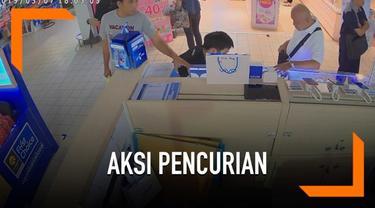 Rekaman seorang pria melakukan aksi pencurian di pusat perbelanjaan Thailand. Ia mengambil iPhone XR milik karyawan toko ponsel.