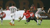 Pemain Persija Jakarta, Rohit Chan (tengah) berebut bola dengan para pemain Bali United pada lanjutan Liga 1 2017 di Stadion Patriot, Bekasi, Minggu (21/5/2017). Persija Bermain imbang 0-0. (Bola.com/Nicklas Hanoatubun)