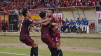 Pemain PSM Makassar merayakan gol yang dicetak Zulham Zamrun dalam pertandingan leg pertama Piala Indonesia 2018 kontra Madura United di Stadion Andi Mattalatta, Mattoangin, Makassar, Minggu (30/6/2019) sore. PSM menang tipis 1-0 dalam laga tersebut. (Bola.com/Abdi Satria)