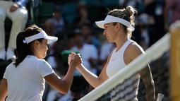 Petenis asal Jepang, Kurumi Nara bersalaman dengan Kurumi Nara dari Jepang usai pertandingan pada hari kedua tunggal putri Kejuaraan Tenis Wimbledon di London, (3/7).  Dalam pertandingan ini Kurumi Nara takluk dari Simona Halep. (AP Photo / Ben Curtis)