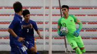 Kiper Timnas Indonesia U-22, Nadeo Argawinata, menangkap bola saat melawan Thailand U-22 pada laga SEA Games 2019 di Stadion Rizal Memorial, Manila, Selasa (26/11). Indonesia menang 2-0 atas Thailand. (Bola.com/M Iqbal Ichsan)