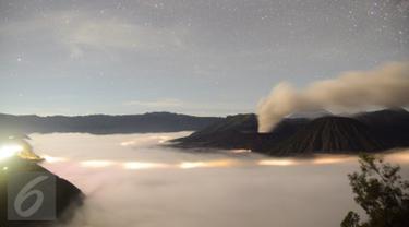 Pemandangan Gunung Bromo saat menjelang pagi hari di lereng seruni, Kabupaten Probolinggo, Minggu, (3/4 /2016). Terjadinya erupsi lava di gunung Bromo yang masih terjadi menambah eksotik keindahan gunung ini. (Gholib)