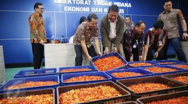Wakabareskrim Irjen pol Antam Novambar (dua kanan), bersama Dirjen Kementerian Pertanian RI Spundnik Sujono (dua kiri), menggelar rilis pengungkapan kasus penimbunan cabai di kantor Bareskrim Polri, Jakarta, Jumat (3/3). (Liputan6.com/Angga Yuniar)
