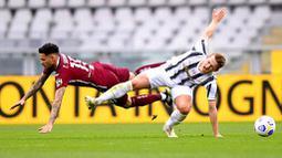 Pemain Torino, Antonio Sanabria, berebut bola dengan bek Juventus, Matthijs de Ligt, pada laga Serie A di Stadion Olympic, Turin, Minggu (4/4/2021). Kedua tim bermain imbang 2-2. (Marco Alpozzi/LaPresse via AP)