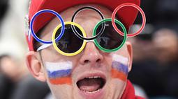 Fans Rusia memakai atribut unik pada pertandingan hoki es semi final pria antara Republik Ceko dan Rusia selama Olimpiade Musim Dingin Pyeongchang 2018 di Gangneung Hockey Center di Gangneung (23/2). (AFP Photo/Jung Yeon-Je)
