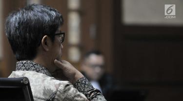 Terdakwa kasus korupsi E-KTP Anang Sugiana Sudiharjo mendengarkan putusan majelis hakim di Pengadilan Tipikor, Jakarta, Senin (30/7). Anang dihukum 6 tahun penjara dan denda Rp 1 miliar atau subsider 4 bulan kurungan. (Merdeka.com/Iqbal S. Nugroho)