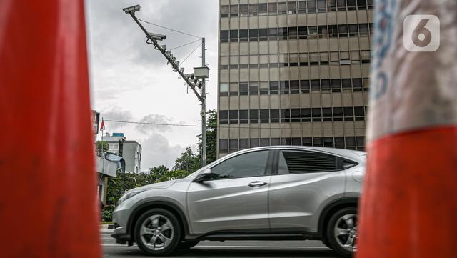 Kendaraan melintas di bawah kamera Closed Circuit Television (CCTV) di Jalan MH Thamrin, Jakarta, Sabtu (23/1/2021). Kendaraan melintas di bawah kamera Closed Circuit Television (CCTV) di Jalan MH Thamrin, Jakarta, Sabtu (23/1/2021). (Liputan6.com/Faizal Fanani)