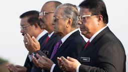 PM baru Malaysia Mahathir Mohamad berdoa saat menghadiri pertemuan bulanan pertamanya di Putrajaya, Malaysia (21/5). Kabinet pemerintahan Malaysia di bawah komando PM Mahathir Mohamad resmi dilantik pada Senin (21/5). (AP/Vincent Thian)