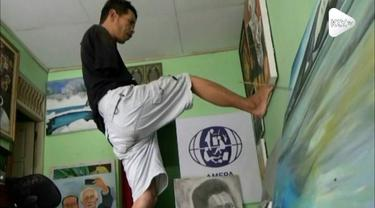 Seorang pria tanpa tangan, menjadi inspirasi lantaran karya lukisnya mampu dikenal hingga ke 45 negara di dunia.