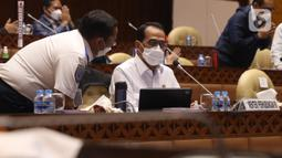 Menhub Budi Karya Sumadi berbincang disela Rapat Kerja dengan Komisi V DPR di Kompleks Parlemen Senayan, Jakarta, Rabu (2/6/2021). Rapat membahas pendahuluan Rencana Kerja Anggaran Kementrian/Lembaga (RKA K/L) dan Rencana Kerja Pemerintah (RKP) Tahun 2022. (Liputan6.com/Angga Yuniar)
