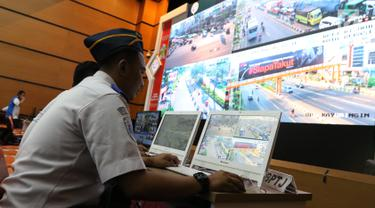 Petugas memantau CCTV jalur mudik di Posko Tingkat Nasional Angkutan Lebaran Terpadu 2019, Kantor Kemenhub, Jakarta, Selasa (28/5/2019). Posko tersebut diselenggarakan untuk memudahkan koordinasi antarinstansi dalam memantau arus mudik dan arus balik. (Liputan6.com/Angga Yuniar)