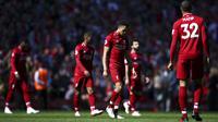 Para pemain Liverpool tampak lesu usai gagal meraih gelar juara Premier League di Stadion Anfield, Minggu (12/5). Liverpool menyudahi musim ini di peringkat kedua klasemen Premier League dengan nilai 97. (AP/Dave Thompson)