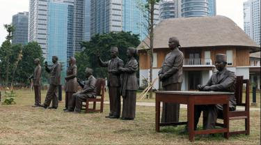 Tujuh patung Presiden RI serta ibu negara Hasri Ainun Habibie terpasang di kawasan Hutan Kota Kompleks GBK, Jakarta, Rabu (19/9). Pembangunan hutan kota ini merupakan bagian dari perbaikan dan penataan kawasan GBK. (Liputan6.com/Helmi Fithriansyah)