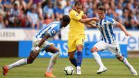 Gelandang Chelsea, Eden Hazard, berusaha melewati pemain Huddersfield Town pada laga Premier League di Stadion John Smith's, Sabtu (11/8/2018). Chelsea menang 3-0 atas Huddersfield Town. (AFP/Oli Scarff)