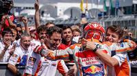 Pembalap Repsol Honda, Marc Marquez merayakan kemenangan pada MotoGP Jerman 2018 bersama krunya. (Twitter/Repsol Honda)