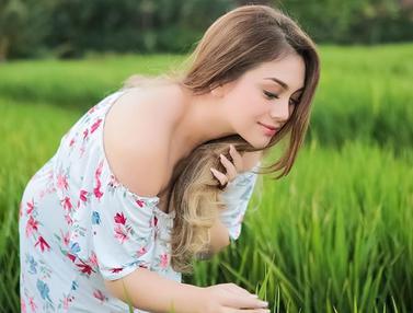 FOTO: Potret Cantik Celine Evangelista Saat di Pematang Sawah yang Memesona