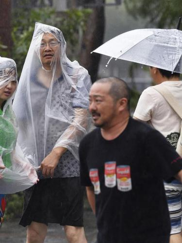 Topan Trami menghantam wilayah barat daya Jepang pada Minggu malam, 30 September 2018 (AP/Ryosuke Uematsu)