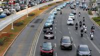 Mobil BMW i8 Roadster, i8 Coupe dan BMW i3s mengawal konvoi mobil listrik jelang jadwal pelaksanaan balap mobil listrik atau Formula E 2020 di kawasan Sudirman, Jakarta, Jumat (20/9/2019). Jadwal pelaksanaan Formula E 2020 akan segera diumumkan. (Liputan6.com/Fery Pradolo)