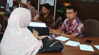 KS, warga pendatang asal Tangerang melaporkan SA (30) yang mencabuli anaknya GQ berusia 5 tahun di Palembang (Liputan6.com / Nefri Inge)