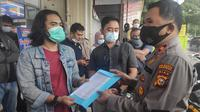 Perwakilan mahasiswa menyampaikan surat desakan agar Polda Riau mengusut tuntas perambahan hutan di Kabupaten Bengkalis. (Liputan6.com/M Syukur)