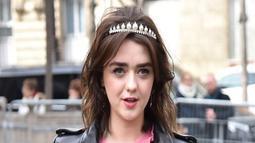 Tampil modis dan manis, ini penampilan Maisie Williams saat datang di sebuah acara. Paduan antara jaket kulit hitam, rok hitam dengan kaus pink bagian dalam sangat cocok dikenakan oleh Maisie. (Liputan6.com/Instagram/@maisie_williams)