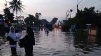 Banjir kembali terjang pemukiman dan jalan raya di empat kecamatan di Kabupaten Bandung, Jawa Barat, akibat anak Sungai Citarum meluap. (Warga Dayeuhkolot Gandhi)