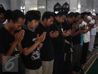 Para kerabat mensalatkan jenazah alm Guntoro di Lenteng Agung, Jakarta, Kamis (16/2). Diduga terkena serangan jantung , Guntoro, wartawan foto, Koran Jakarta meninggal dunia saat meliput banjir di daerah Pejaten Timur. (Liputan6.com/Faizal Fanani)
