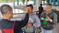 Pemeriksaan suhu tubuh dilakukan oleh panpel PSS Sleman kepada semua suporter yang memasuki Stadion Maguwoharjo, Sleman, jelang laga kontra Tira Persikabo, Minggu (8/3/2020). (Bola.com/Vincentius Atmaja)
