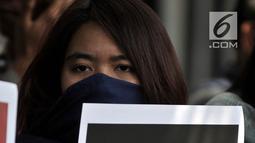 Pengunjuk rasa membawa poster untuk menyuarakan aspirasi di depan Kedutaan Besar Arab Saudi, Jakarta, Selasa (20/3). Demonstran meminta Pemerintah Arab Saudi menghentikan kebijakan hukuman mati, khususnya untuk buruh migran. (Merdeka.com/Iqbal S. Nugroho)