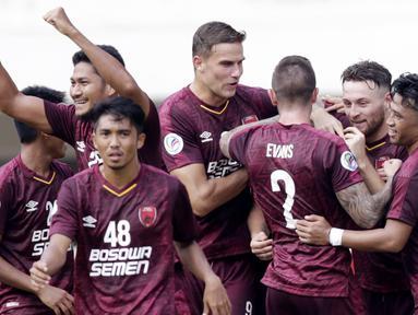 Para pemain PSM Makassar merayakan gol yang dicetak oleh Wiljan Pluim ke gawang Lao Toyota FC pada laga Piala AFC 2019 di Stadion Pakansari, Bogor, Rabu (13/3). PSM menang 7-3 atas Lao. (Bola.com/M. Iqbal Ichsan)
