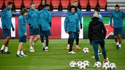 Suasana saat pemain Real Madrid berlatih di Stadion Parc des Princes di Paris, Prancis, Senin (5/3). Pada leg pertama, Real Madrid berhasil mengalahkan Paris Saint Germain (PSG) dengan skor 3-1. (FRANCK FIFE/AFP)
