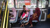 Warga berada di dalam bus tingkat wisata keliling Ibu Kota di kawasan Monas, Jakarta, Sabtu (16/6). Libur Hari Raya Idul Fitri dimanfaatkan oleh sebagian masyarakat Jakarta untuk berlibur ketempat wisata bersama keluarga. (Liputan6.com/Arya Manggala)