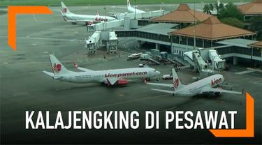 Penumpang pesawat Lion Air dihebohkan dengan kemunculan seekor kalajengkis di kabin. Pihak otoritas bandara pun segera mengusut kejadian tersebut.