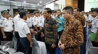Presiden Joko Widodo (kiri) didampingi Menteri Perhubungan Ignasius Jonan menyapa para pegawai usai penandatanganan 12 Kontrak Kegiatan Strategis Kemenhub 2016 di Gedung Perhubungan, Jakarta, Senin (18/1). (Liputan6.com/Faizal Fanani)