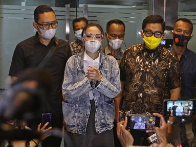 Gisella Anastasia atau Gisel memberikan keterangan usai pemeriksaan sebagai tersangka di Ditreskrimsus Polda Metro Jaya, Jakarta, Jumat (8/1/2021). Gisel menyelesaikan proses pemeriksaan dalam kasus video syur yang mejeratnya selama hampir 10 jam. (Liputan6.com/Herman Zakharia)