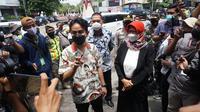 Gibran Rakabuming Raka blusukan ke Pasar Gede usai dilantik sebagai Wali Kota Solo, Jumat (26/2/2021). (Liputan6.com/Fajar Abrori)