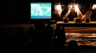 "Pemutaran film dokumenter ""Kinipan"", Watchdoc, sebuah dokumenter pandemi, omnibus law, dan lumbung pangan. yang digelar Aliansi Jurnalis Independen (AJI) Kota Batam dan organisasi Aktipis  Akar Bhumi Indonesia. (Foto: Liputan6.com/Ajang Nurdin)"